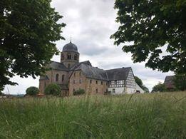 Rückansicht mit den Resten der alten Klostergebäude
