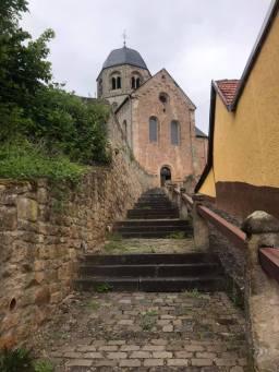 Aufstieg aus der Ortschaft zur Klosterkirche