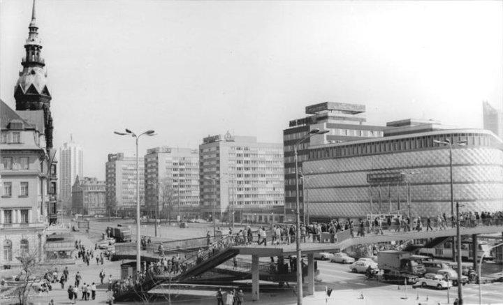 Bundesarchiv_Bild_183-U0516-0013,_Leipzig,_Friedrich_Engels-Platz._Fußgängerbrücke